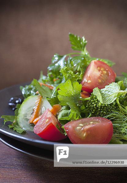 Blattsalat mit Brokkoli  Tomaten und Gurken