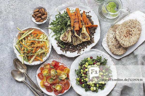 Verschiedene Gemüsesalate mit Pitabrot