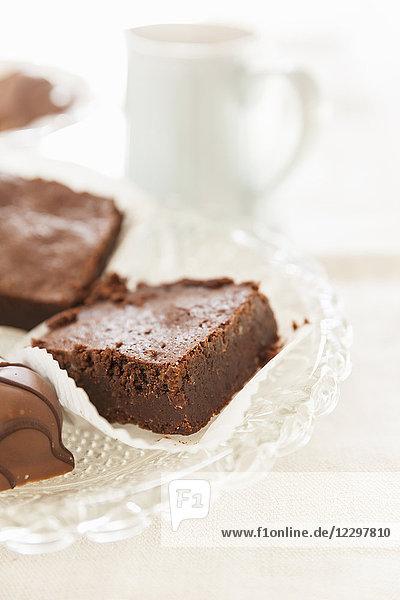 Brownies und Schokoladenkonfekt auf Glasteller