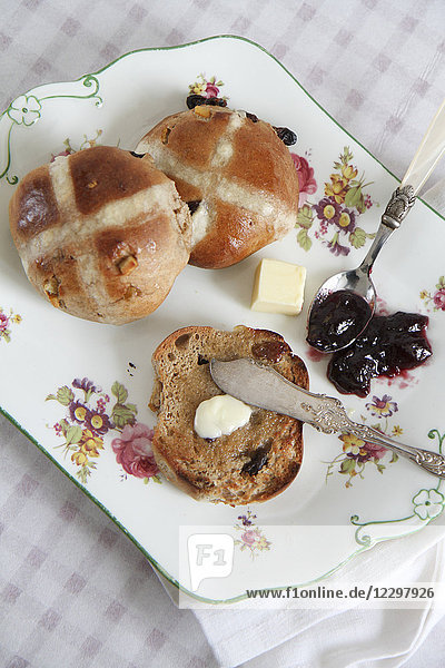 Hot Cross Buns mit Butter und Marmelade