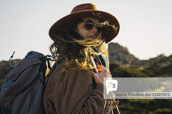 Italien  Sardinien  Porträt einer Frau auf einer Wanderung