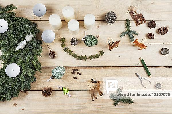 Adventskranz Dekorationsartikel  selbstgemachter Adventskranz mit echtem Tannengrün  DIY  Hirsch  Zapfen  Kerzen  Draht  Zange