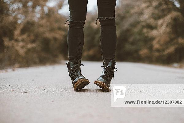 Frau in schwarzen Stiefeln  Teilansicht