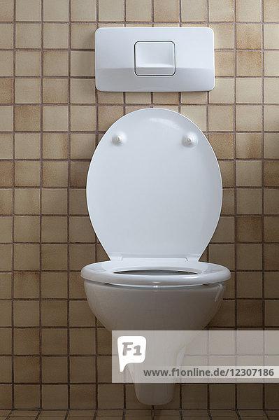 Toilette mit offenem Toilettendeckel