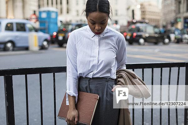 UK  London  Geschäftsfrau wartet auf der Straße