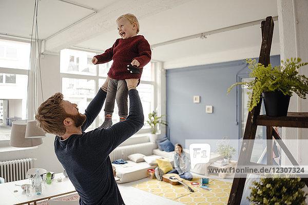 Vater und Sohn haben gemeinsam Spaß zu Hause.