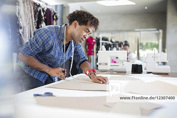 Modedesignerin bei der Arbeit am Entwurf im Atelier