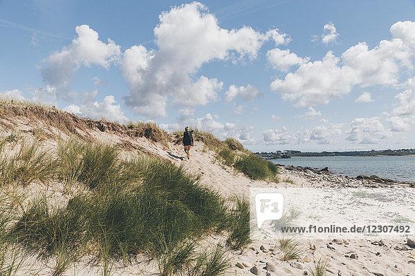Frankreich  Bretagne  Landeda  Dunes de Sainte-Marguerite  junge Frau beim Wandern in der Düne an der Küste