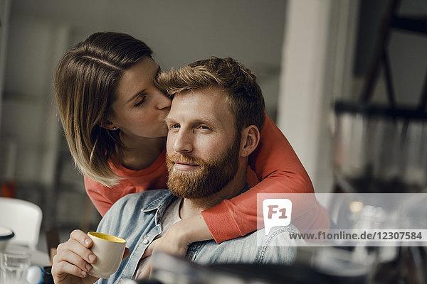 Glückliches Paar  das sich zu Hause umarmt