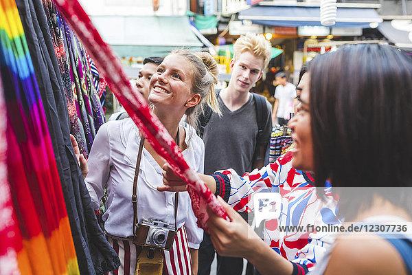 Thailand  Bangkok  Khao San Road  Freundeskreis auf dem Straßenmarkt