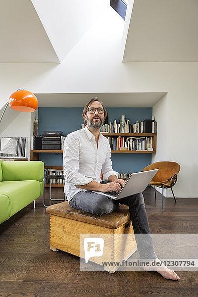 Geschäftsmann mit Laptop zu Hause