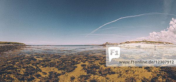 Frankreich  Bretagne  Landeda  Dunes de Sainte-Marguerite  Seelandschaft mit Frau im Hintergrund