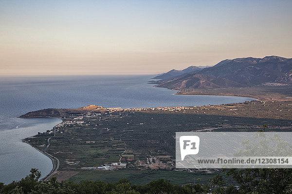 Griechenland  Peloponnes  Arkadien  Paralia Astros  Blick auf Paralia Astros und die fruchtbare Ebene von Astros am Abend