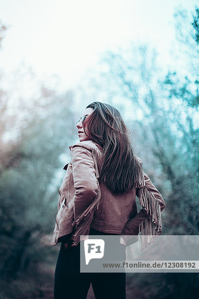 Rückansicht der jungen Frau mit Lederjacke