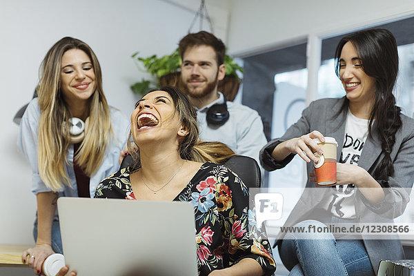 Zufriedene Mitarbeiter im Büro