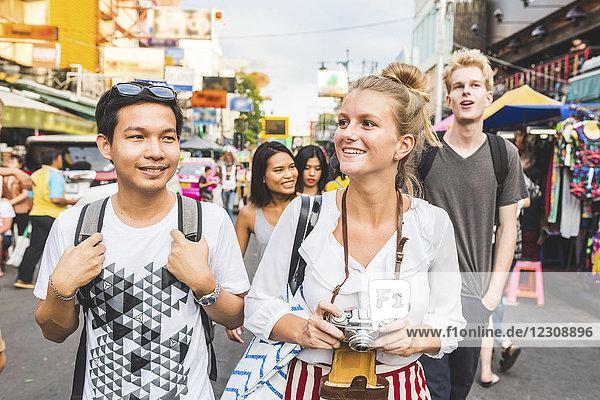 Thailand,  Bangkok,  Khao San Road,  Portrait von Freunden die die Stadt erkunden