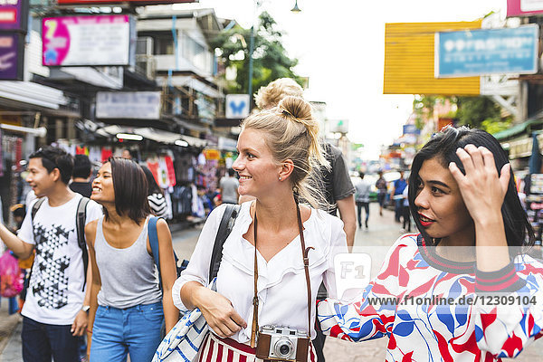 Thailand,  Bangkok,  Khao San Road,  eine Gruppe von Freunden,  die die Stadt erkunden.
