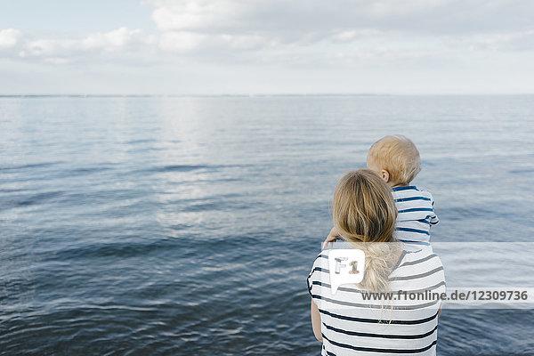 Deutschland  Timmendorfer Strand  Mutter mit seinem Sohn