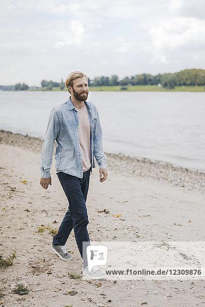 Deutschland  Düsseldorf  Mann zu Fuß am Strand
