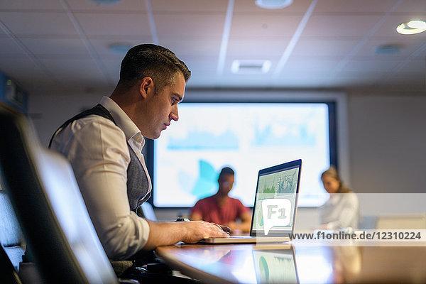 Geschäftsmann mit Laptop in Geschäftsbesprechung