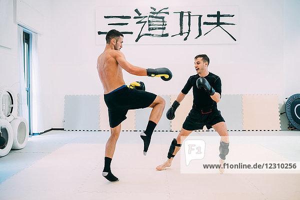 Männer im Fitnessstudio beim Kickboxen