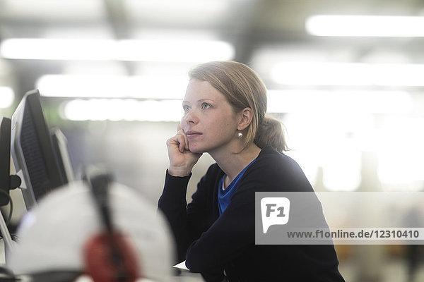 Tagträumende Frau im Amt