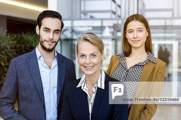 Porträt von Geschäftsleuten  die in die Kamera schauen