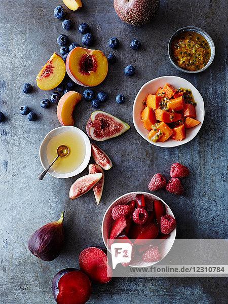 Stilleben von Speiseschüsseln und frischem Obst  Draufsicht