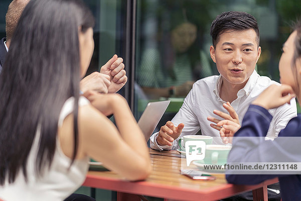 Gruppe von Geschäftsleuten  Treffen im Café  im Freien