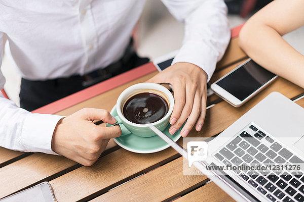 Zwei Geschäftsleute  die sich im Café treffen  mit Laptop  Mittelteil