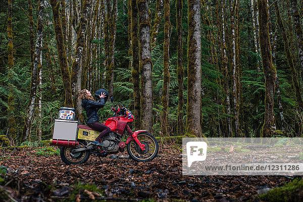 Motorrad fahrende Frau im Wald  Squamish  Kanada