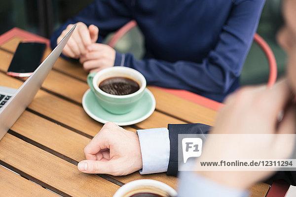 Gruppe von Geschäftsleuten  Treffen im Cafe  im Freien  Mittelteil
