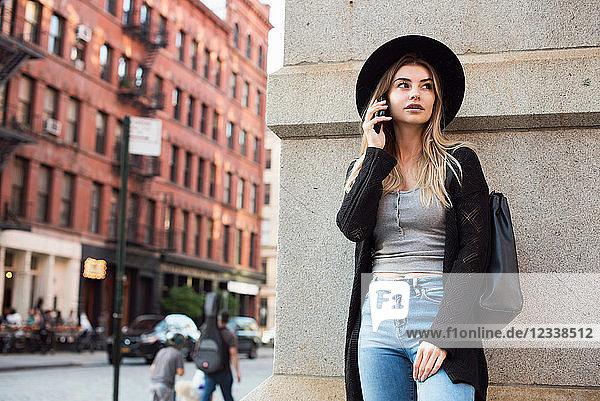 Frau benutzt Mobiltelefon  New York  USA