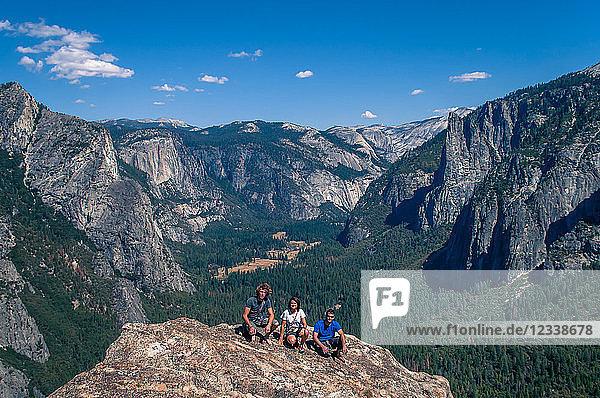 Freunde auf der Spitze der Höheren Turmspitze der Kathedrale  Yosemite Valley  Kalifornien  Vereinigte Staaten