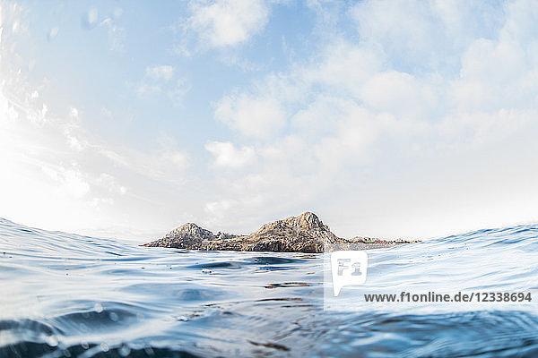 Die Insel San Juanico von der Meeresoberfläche aus gesehen  Puerto Vallarta  Jalisco  Mexiko