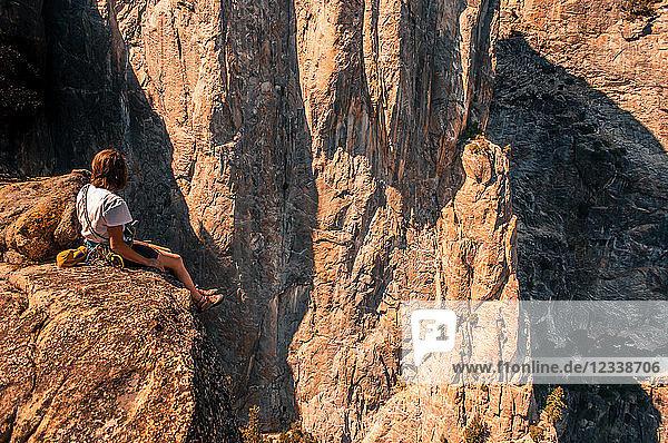 Felskletterer auf der höheren Turmspitze der Kathedrale mit Blick in die Ferne  Yosemite Valley  Kalifornien  Vereinigte Staaten