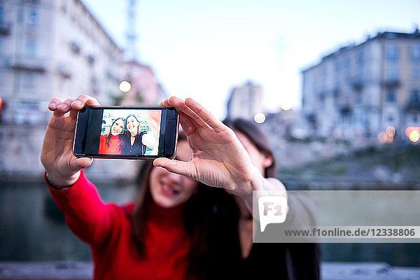 Junge Frauen im Selbstversuch  Mailand  Lombardei  Italien