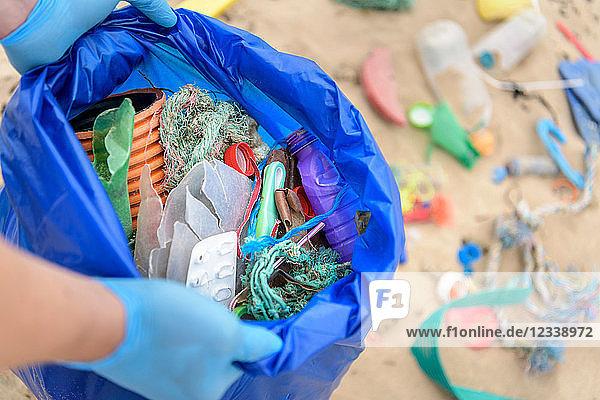 Mann hält Sack voller Plastikschmutz  der am Strand gesammelt wurde  Nordostengland  UK