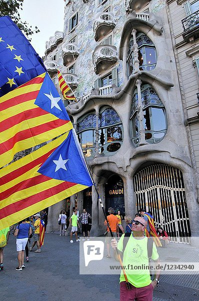 Batlló house. Gaudí. Political demonstration for the independence of Catalonia. Estelades  Catalan independent flags. October 2017. Barcelona  Catalonia  Spain