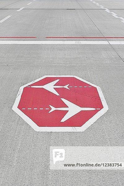 Stoppschild  kreuzende Flugzeuge  auf Rollweg  Flughafen München  Oberbayern  Bayern  Deutschland  Europa