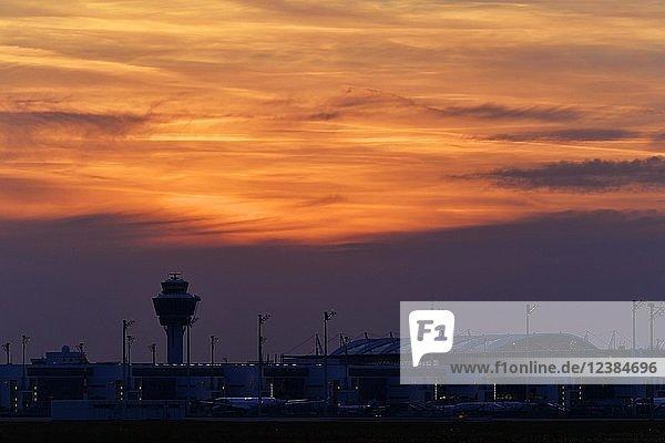 Tower und Terminal 2 im Sonnenuntergang  Flughafen München  Oberbayern  Bayern  Deutschland  Europa