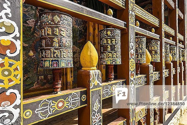 Gebetsmühlen und Wandmalerei in Klosterfestung  Trongsa Dzong  Trongsa  Himalaja-Region  Bhutan  Asien Gebetsmühlen und Wandmalerei in Klosterfestung, Trongsa Dzong, Trongsa, Himalaja-Region, Bhutan, Asien