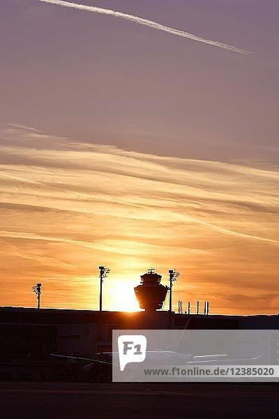 Lufthansa  Airbus  A350-900 mit Tower und Terminal 2 im Sonnenuntergang  Flughafen München  Oberbayern  Bayern  Deutschland  Europa