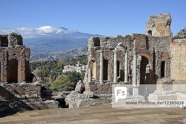Teatro Greco aus dem 3. Jahrhundert n. Chr. mit Blick auf den Vulkan Ätna  griechisches Theater  Taormina  Provinz Messina  Sizilien  Italien  Europa