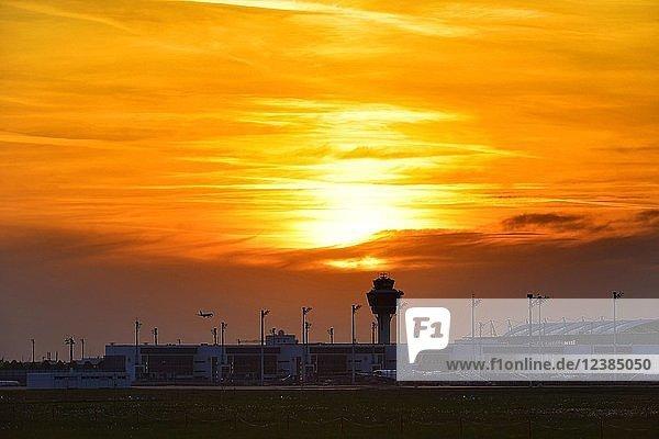Tower und Terminal 2 bei Sonnenuntergang  Flughafen München  Oberbayern  Bayern  Deutschland  Europa