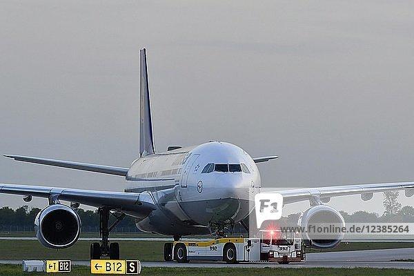 Lufthansa  Airbus  A340-600 mit Push Back Truck  Abenddämmerung  Flughafen München  Oberbayern  Bayern  Deutschland  Europa