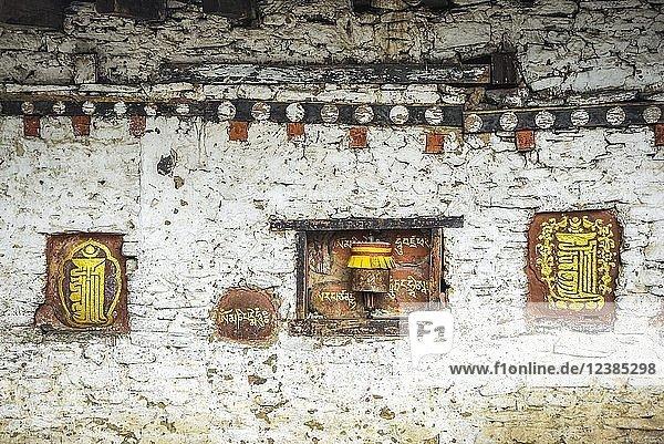 Wandmalerei und Gebetsmühle auf Klostermauer  Bumthang  Himalaja  Königreich Bhutan Wandmalerei und Gebetsmühle auf Klostermauer, Bumthang, Himalaja, Königreich Bhutan