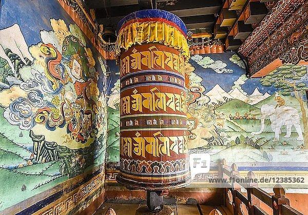 Gebetsmühle und Wandmalerei in Klosterfestung  Trongsa Dzong  Trongsa  Himalaja-Region  Bhutan  Asien