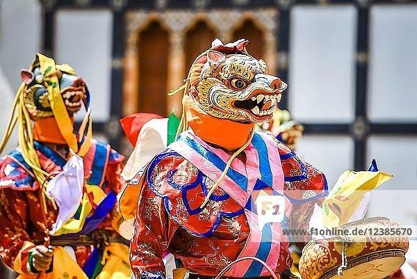 Tänzer beim Maskentanz  religiöses Tsechu Klosterfest  Gasa Distrikt Tshechu Festival  Gasa  Himalaya-Region  Königreich Bhutan