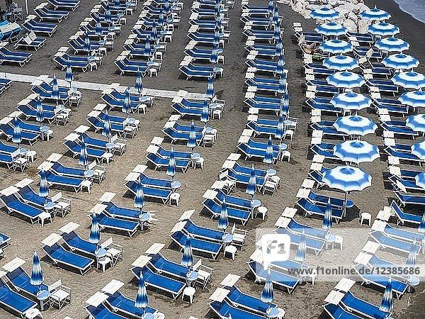 Strandbad mit leeren Liegestühlen  Arani  Region Amalfi  Amalfiküste  Kampanien  Italien  Europa